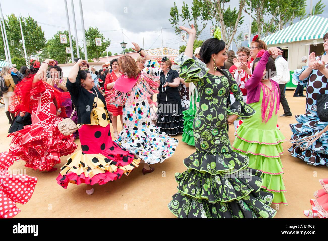 Le donne in colorati abiti di flamenco dancing a Siviglia fiera di aprile, Spagna Foto Stock