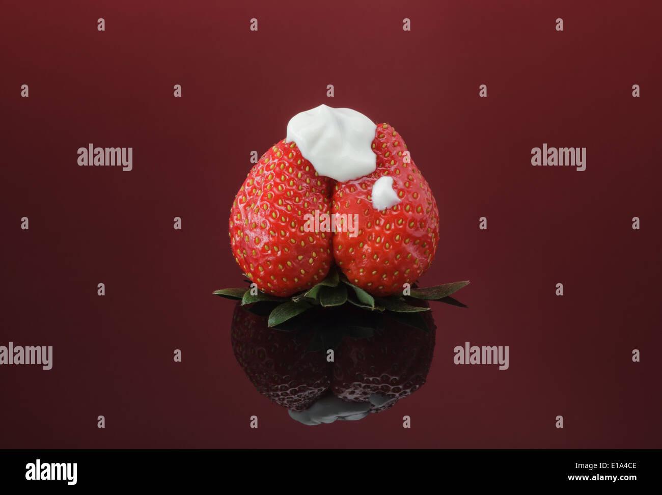 Unico di fragole fresche e rabboccato con naturale yogurt denso Immagini Stock