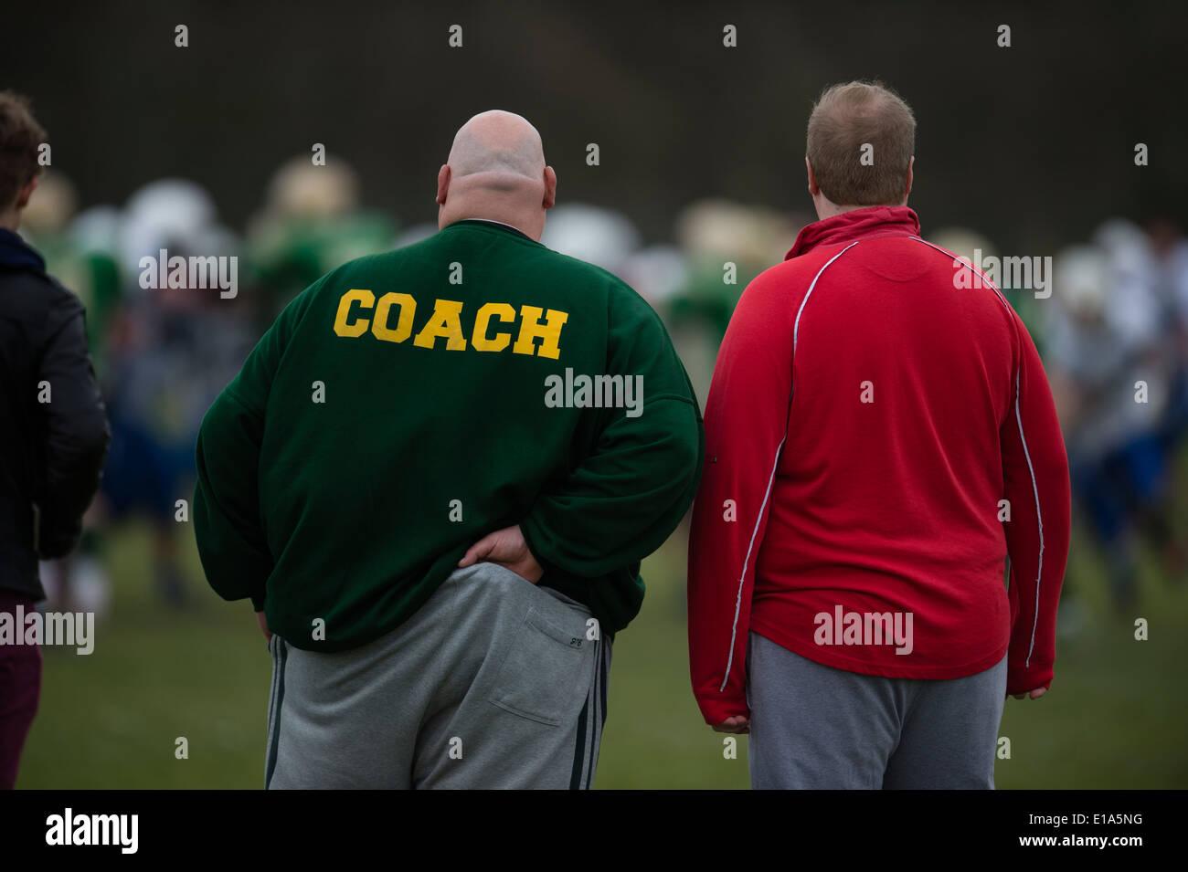 Vista posteriore di un grande americano calvo allenatore di calcio, REGNO UNITO Immagini Stock