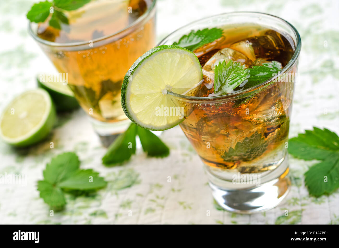 Un delizioso e rinfrescante mojito con lime e foglie di menta. Immagini Stock