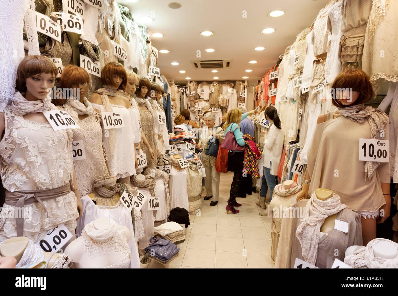 Le donne di shopping in un merletto a buon mercato negozio di abbigliamento, Roma Italia Europa Immagini Stock