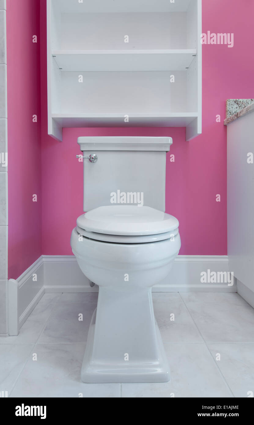 Toilette in bagno rosa Foto & Immagine Stock: 69690334 - Alamy