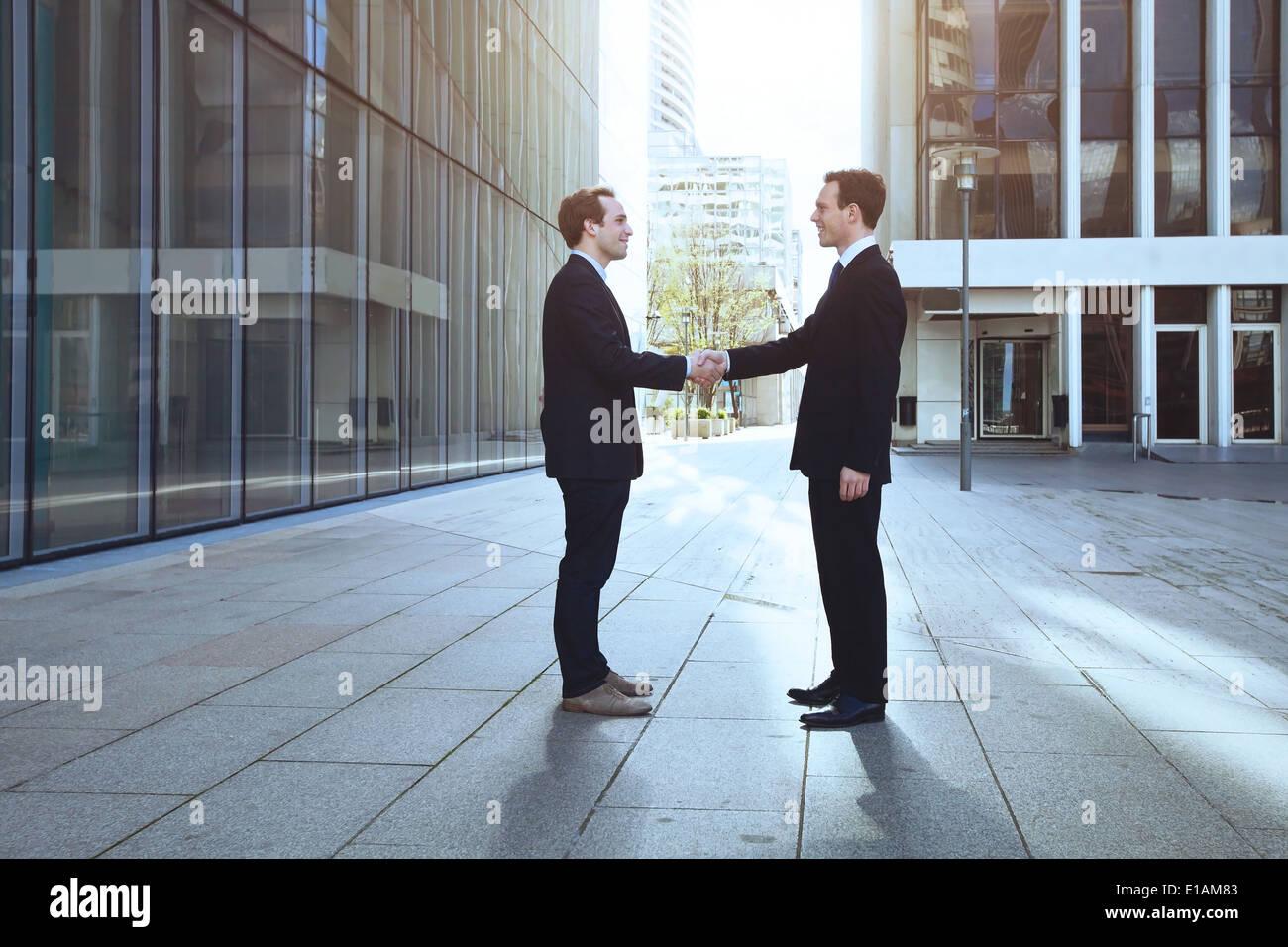 Due imprenditori stringono le mani Immagini Stock