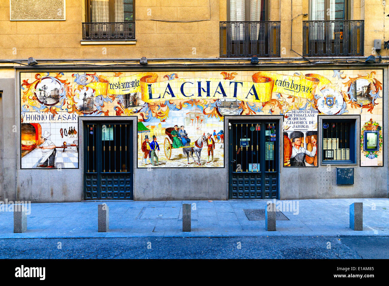 Vista di ingresso di un ristorante di tapas La Chata con piastrelle ornamentali della facciata, Madrid, Spagna Immagini Stock