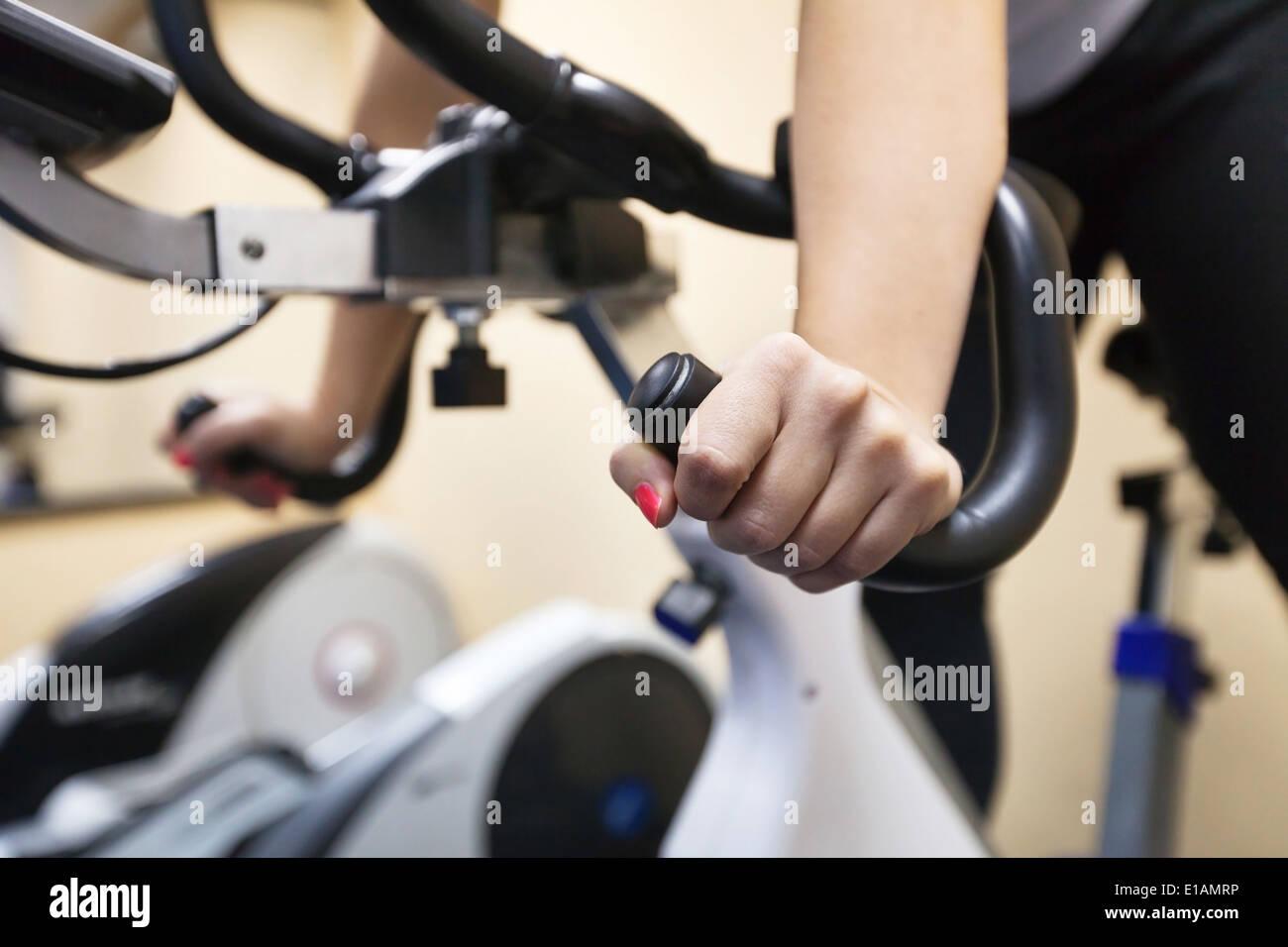 La formazione nel centro fitness Immagini Stock
