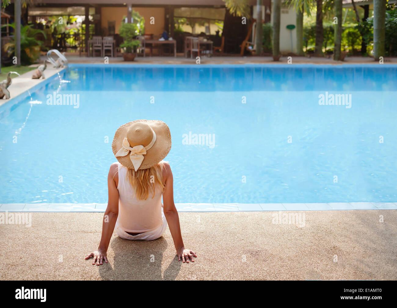Godetevi le vacanze in hotel di lusso con piscina Immagini Stock