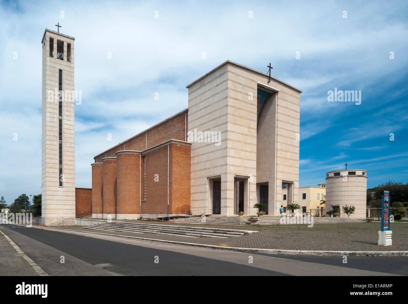 Chiesa con una torre, 1935, architettura monumentale, Sabaudia, Lazio, Italia Immagini Stock