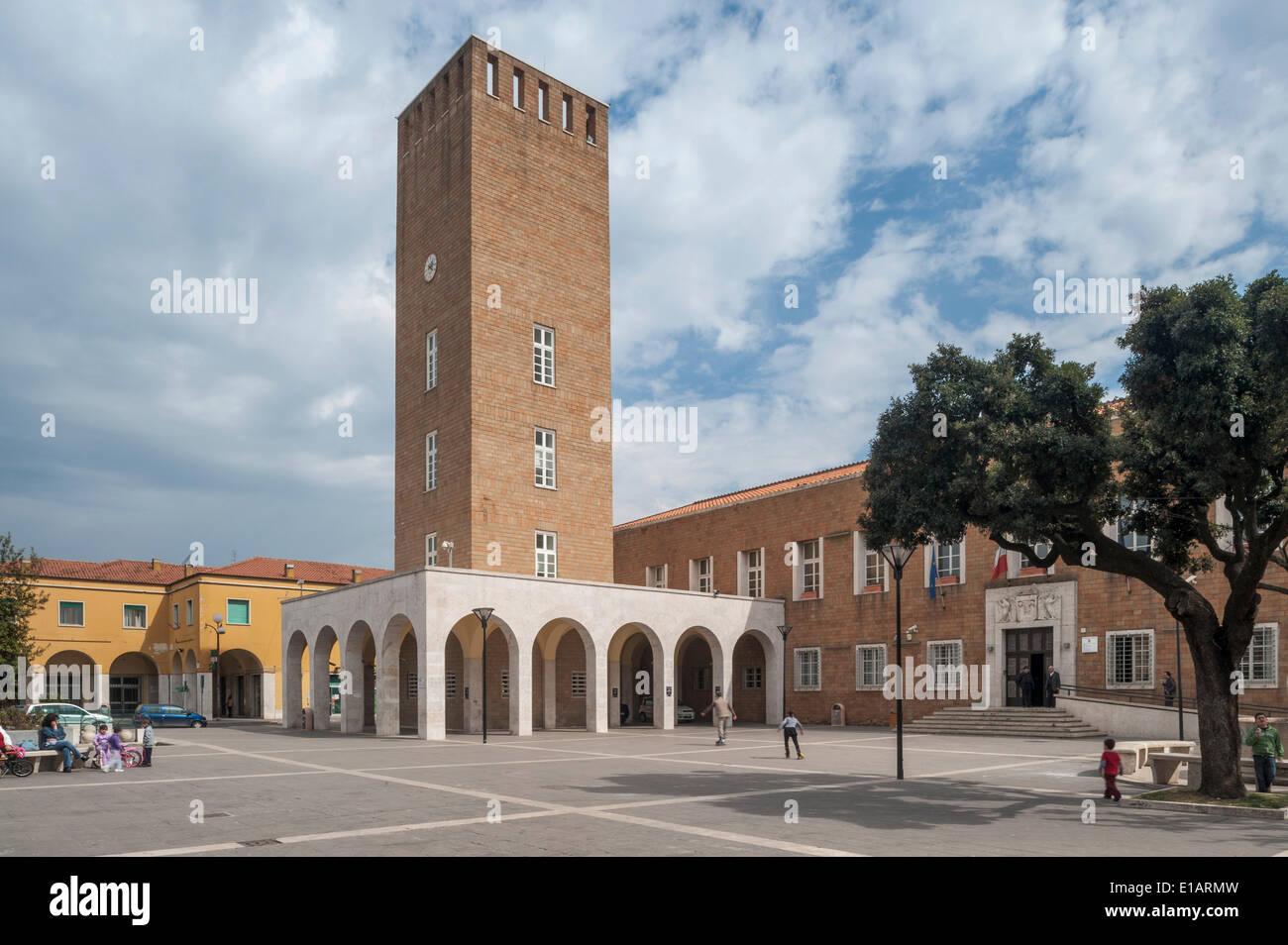 Il municipio con la torre della città, architettura monumentale, Razionalismo italiano, Pomezia, Lazio, Italia Immagini Stock
