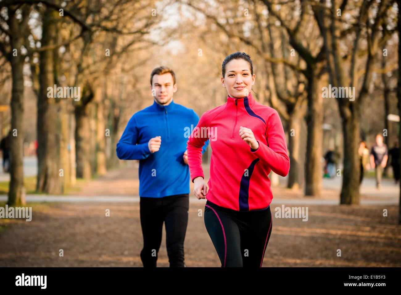 Jogging di coppia - giovane uomo e donna in concorrenza, prima donna Immagini Stock