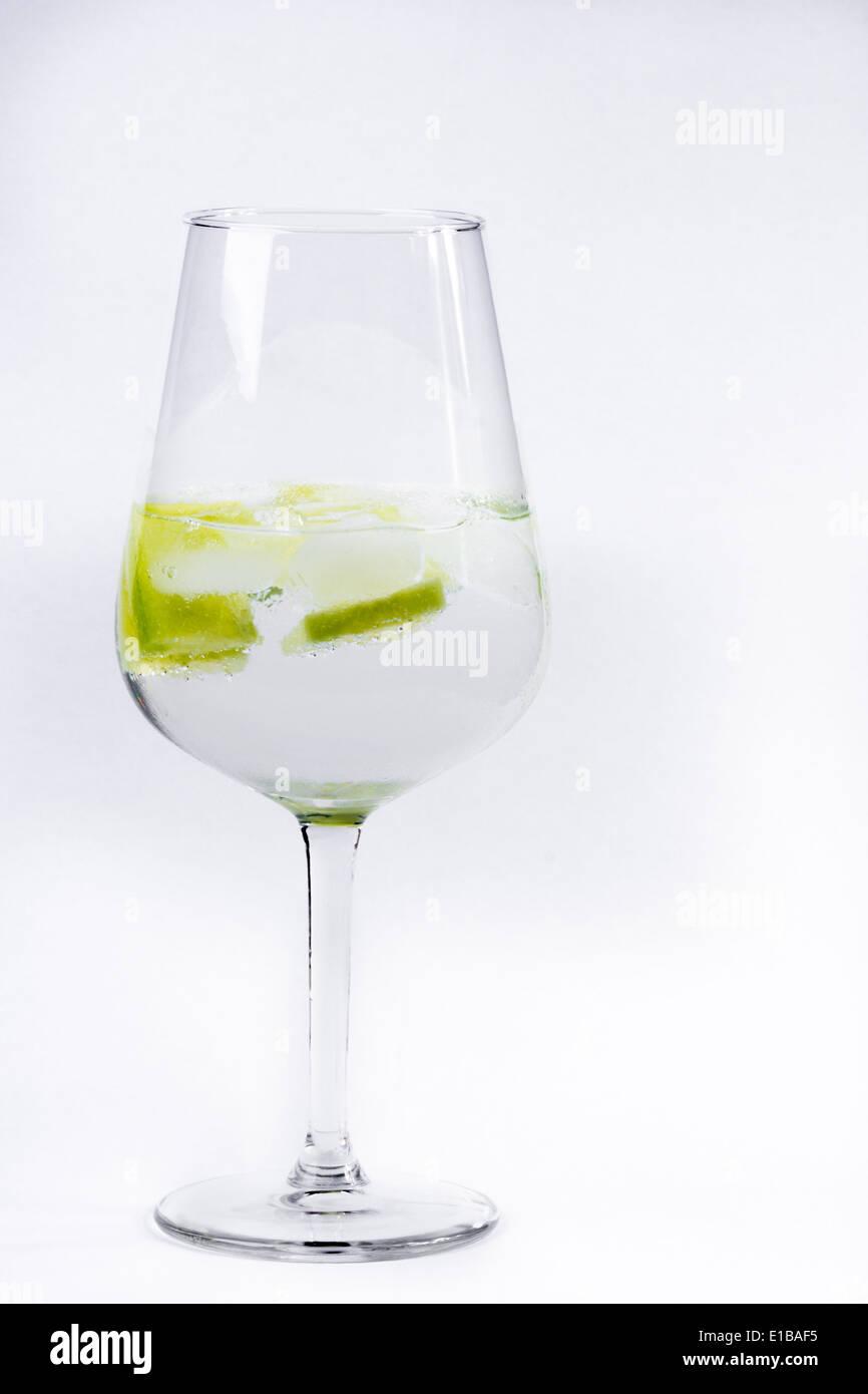Gin Tonic servita in un palloncino di vetro Immagini Stock