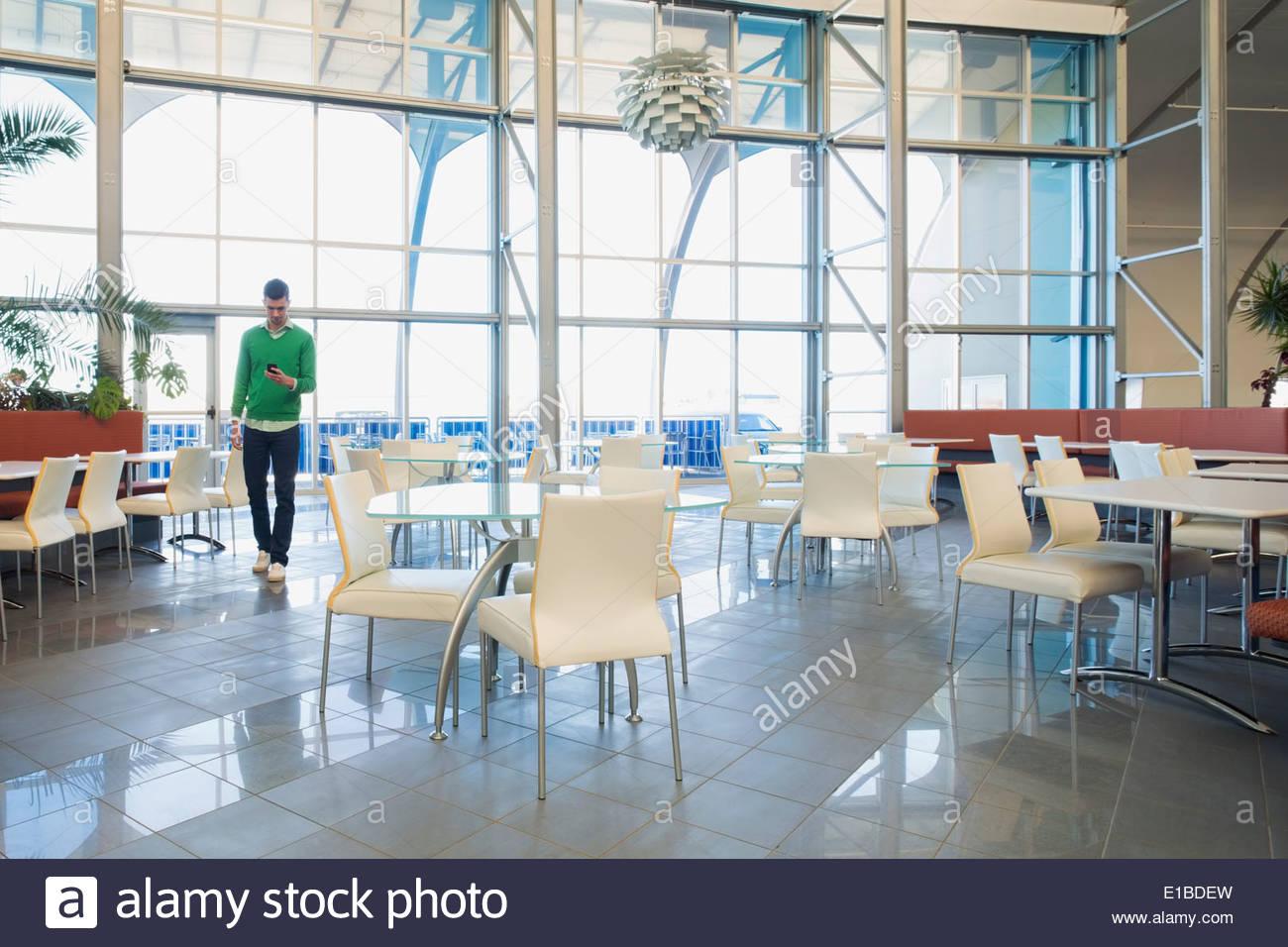 Imprenditore in uffici moderni caff foto immagine stock for Uffici moderni