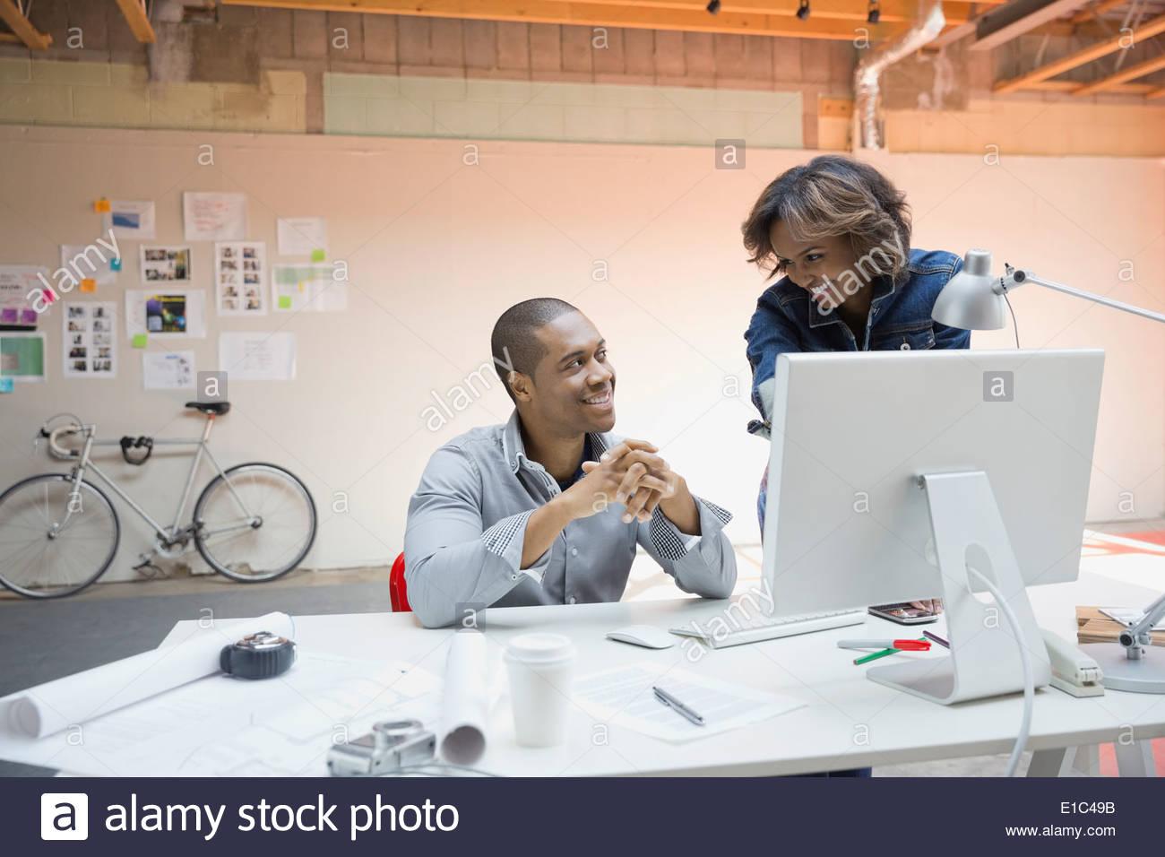La gente di affari lavorando al computer in ufficio Immagini Stock