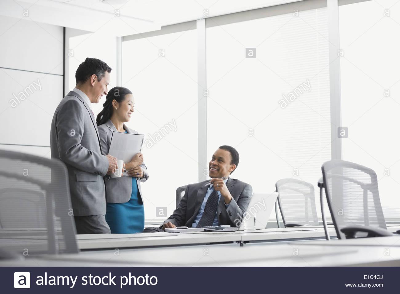 La gente di affari di parlare in sala conferenze Immagini Stock