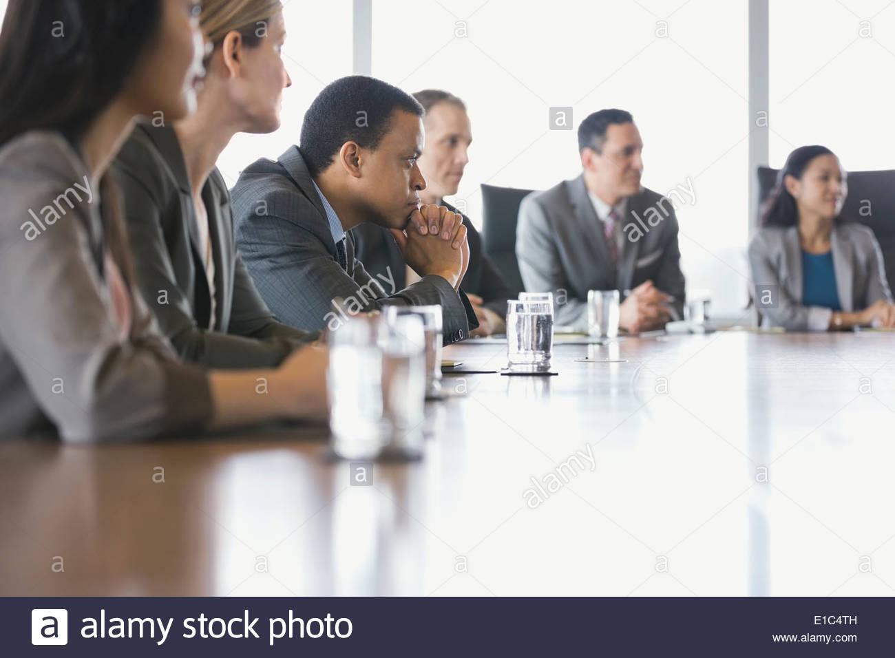 La gente di affari riuniti nella sala conferenze Immagini Stock