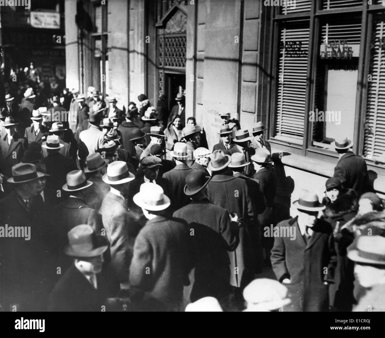 La Grande depressione. Gli uomini sulla strada durante una banca run. Immagini Stock