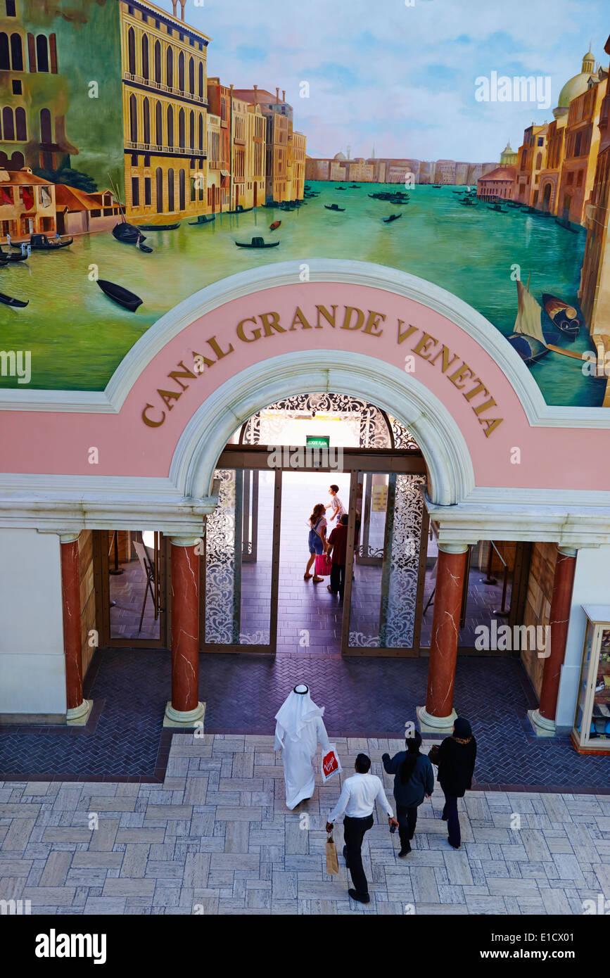 Emirati Arabi Uniti Dubai Jumeirah quartiere, mercato centro commerciale in stile italiano Foto Stock