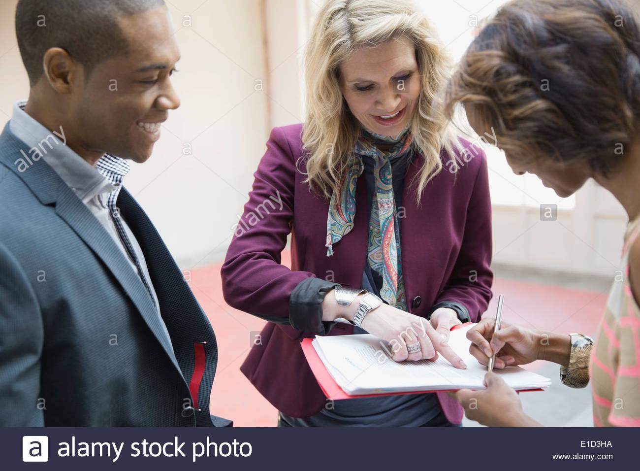 La gente di affari firma contratto nel nuovo ufficio Immagini Stock