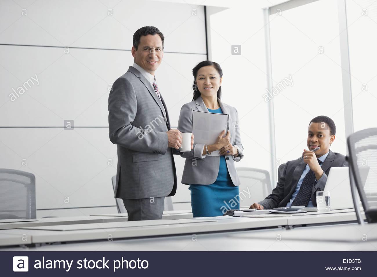 Ritratto di certi uomini di affari in sala conferenze Immagini Stock