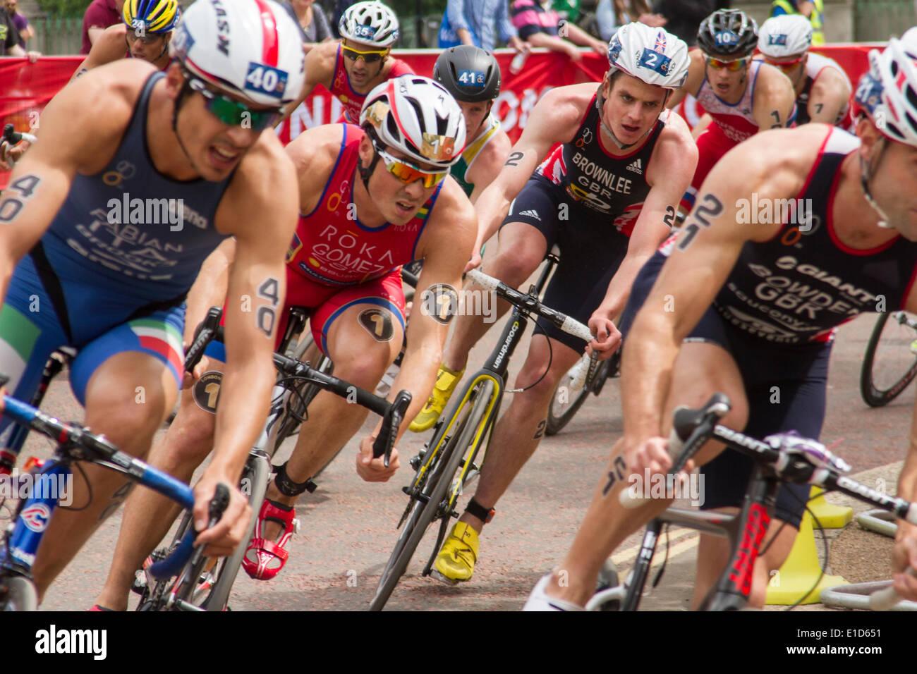Jonathan Brownlee, Gran Bretagna (numero 2) e Javier Gomez Noya, Spagna (numero 1) competere in ITU Triathlon World Series, Londra UK, 31 maggio 2014. Brownlee finalmente finito in quinta posizione con Gomez Noya in sesta posizione. Immagini Stock