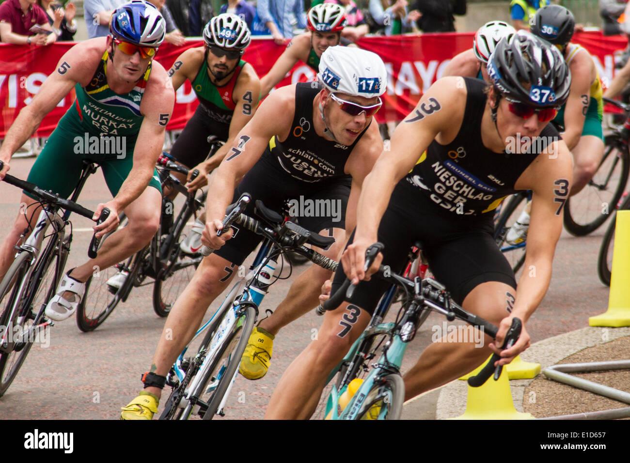 Concorrenti sul ciclismo gamba del ITU Triathlon World Series event, Londra UK. Immagini Stock