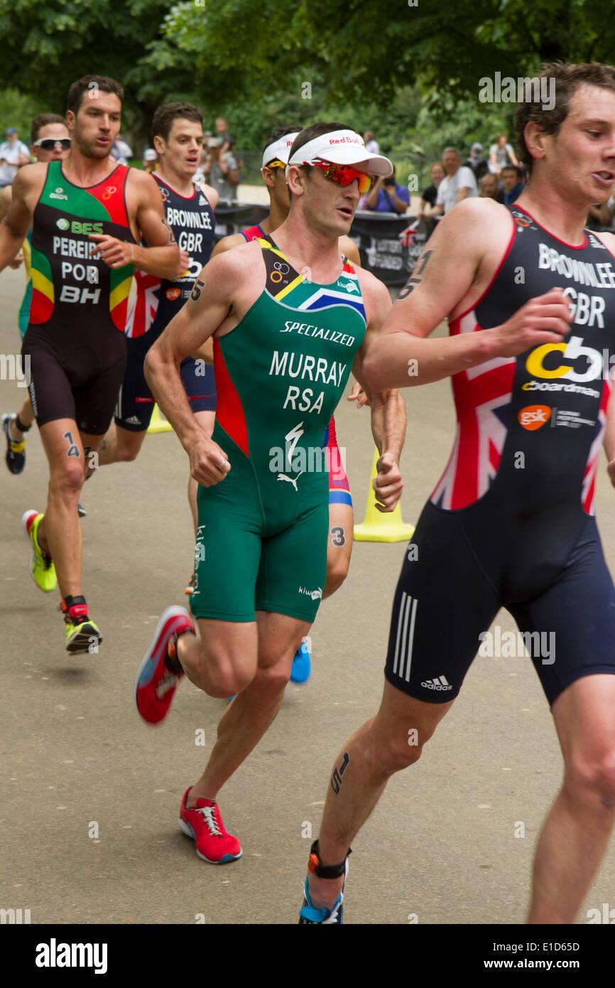 Richard Murray del Sud Africa nella parte finale del giro del mondo ITU Triathlon evento serie, LONDRA, REGNO UNITO, 31 maggio 2014. Murray è andato a finire la gara in seconda posizione. Immagini Stock