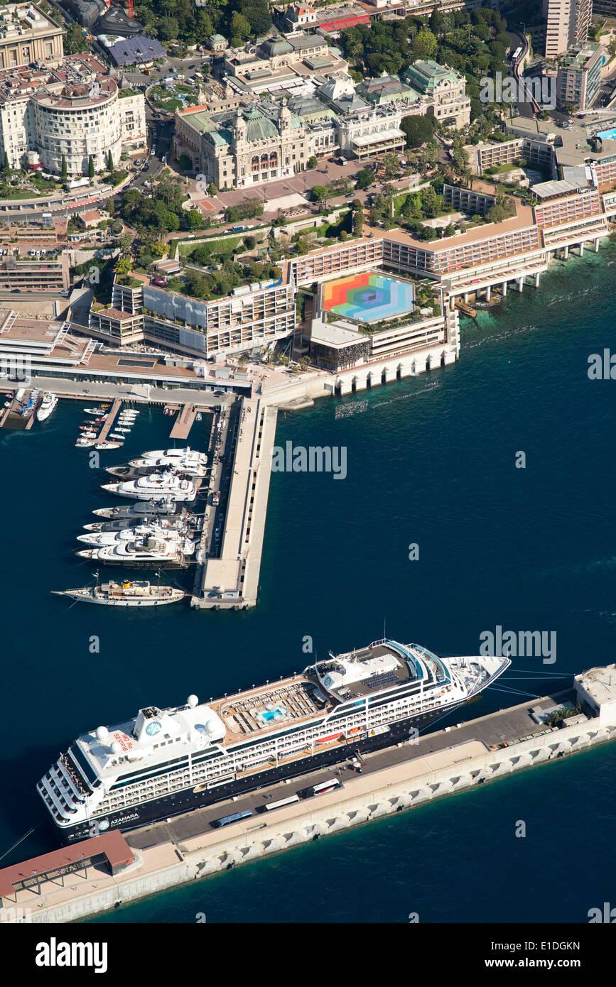 Nave da crociera attraccata ad una chiatta galleggiante DI FRONTE AL MONTE-CARLO CASINO & HOTEL FAIRMONT (vista aerea). Principato di Monaco. Immagini Stock