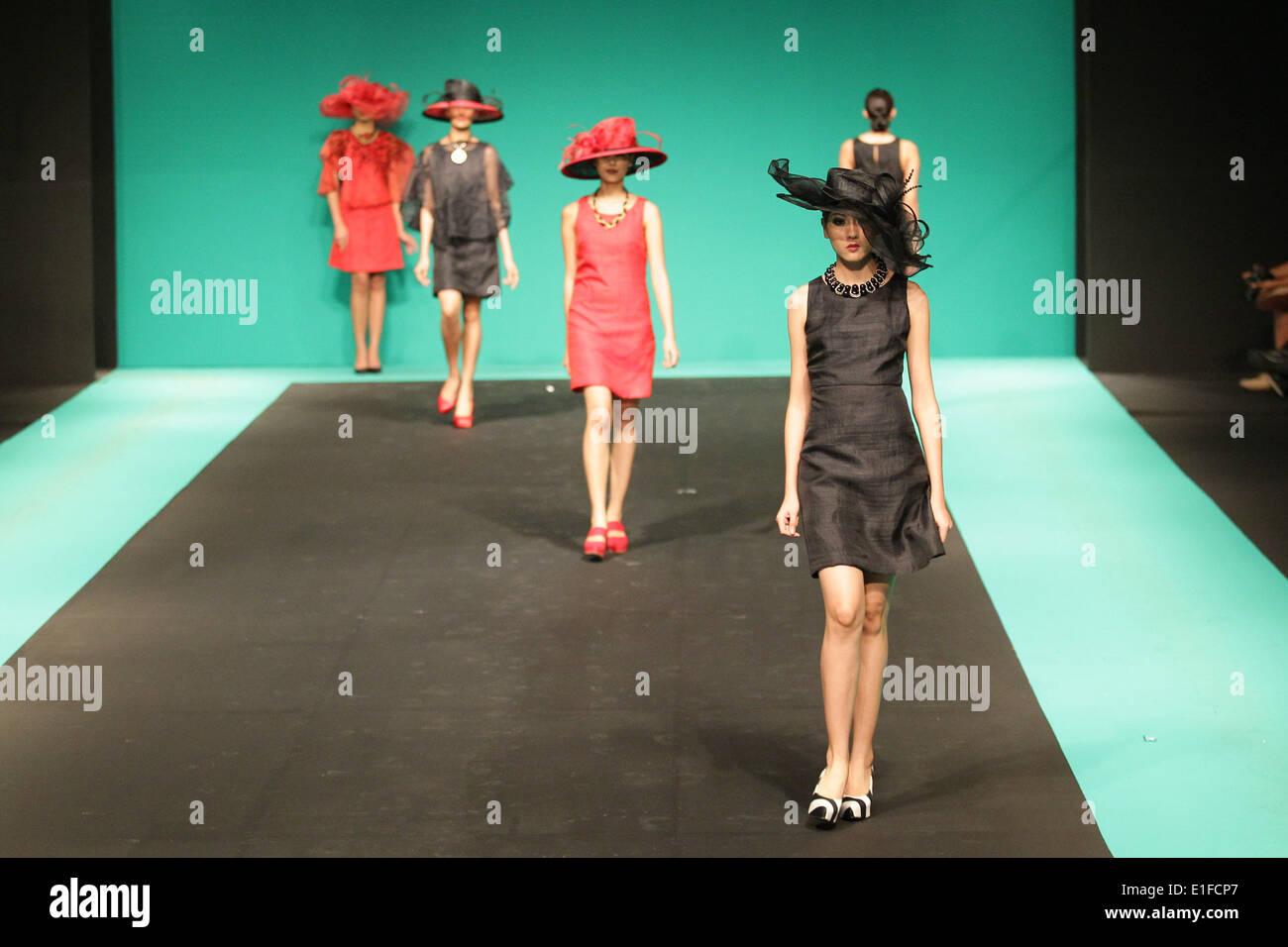 Un modello presenta una creazione di abbigliamento ESAC durante il filippino della settimana della moda presso il Foto Stock