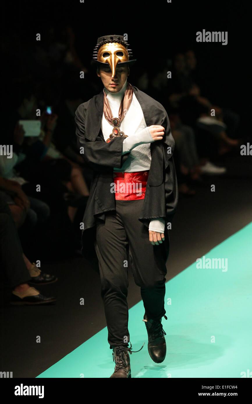 Un modello presenta una creazione di Gerry Katigbak durante il filippino della settimana della moda presso il SMX Foto Stock