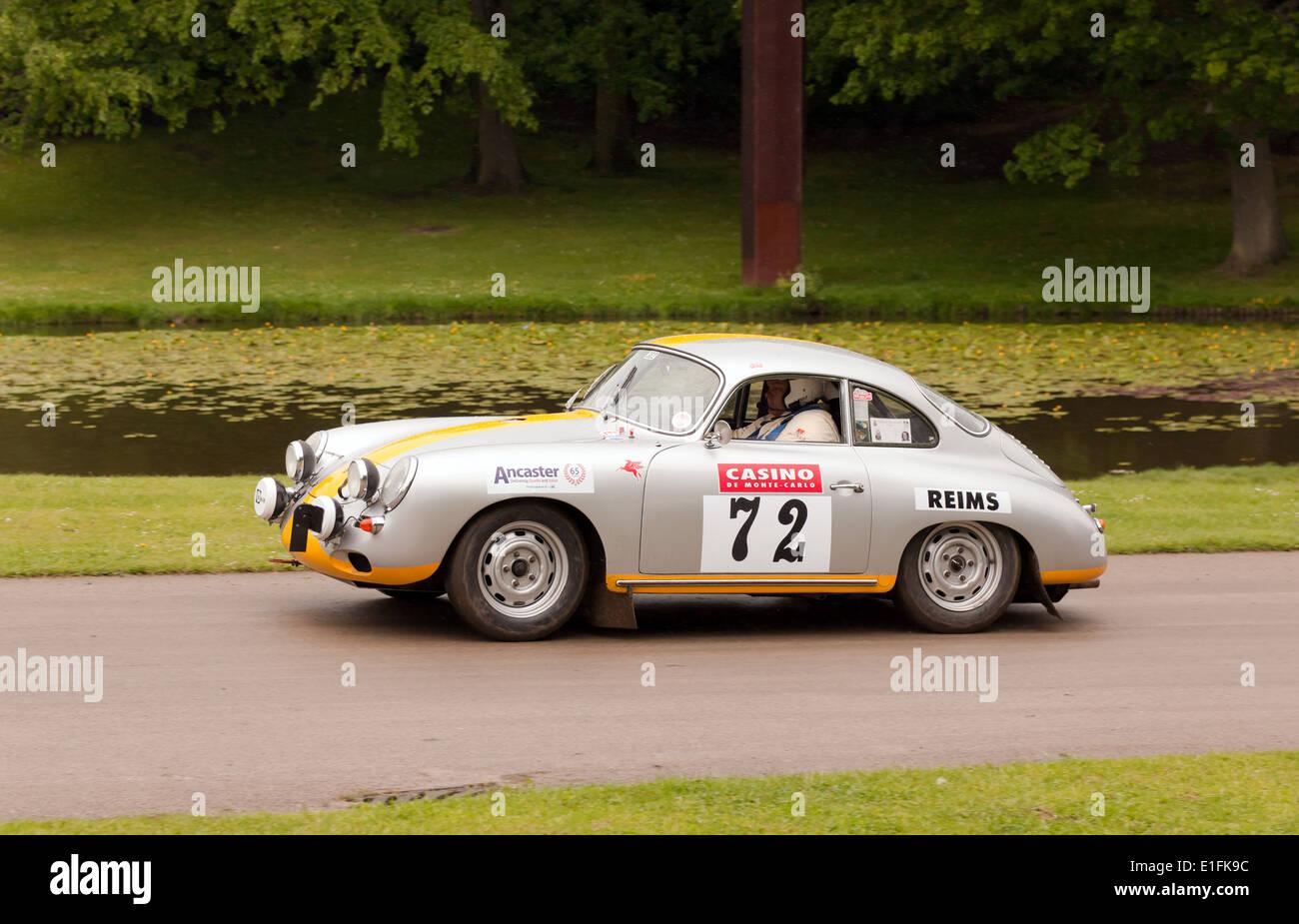 Un 1962 Porsche 356, gareggiando nella gara sprint al 2014 Motorsport al posto. Immagini Stock