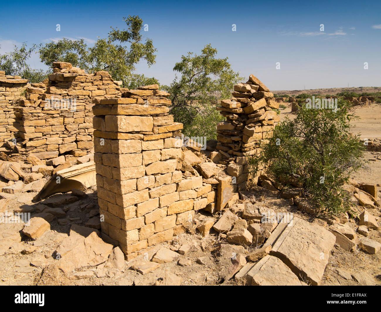 India Rajasthan, Jaisalmer, Kuldhara villaggio abbandonato nel deserto di Thar, le pareti di casa in rovina Immagini Stock