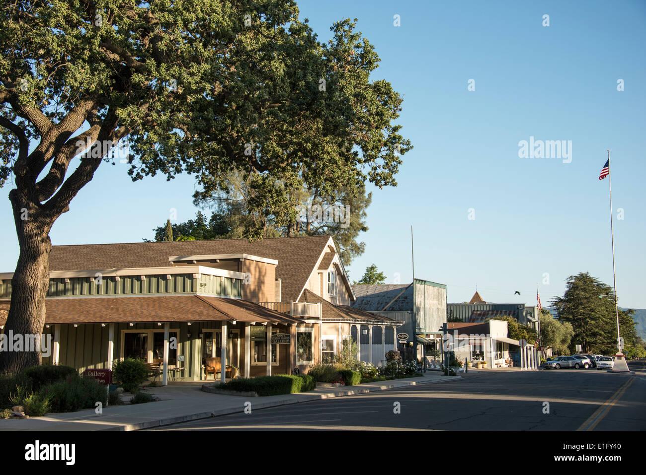 La strada principale della cittadina di Los Olivos nella Santa Ynez Valley nel paese del vino della California centrale USA Immagini Stock