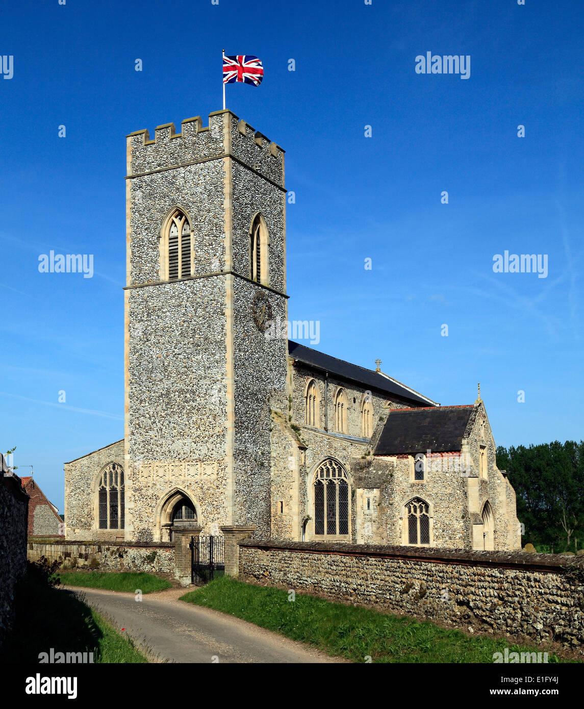 Inglese chiesa medievale, Union Jack Flag, Wighton, Norfolk Inghilterra Inglese Regno Unito chiese torri di avvistamento battenti bandiere Immagini Stock