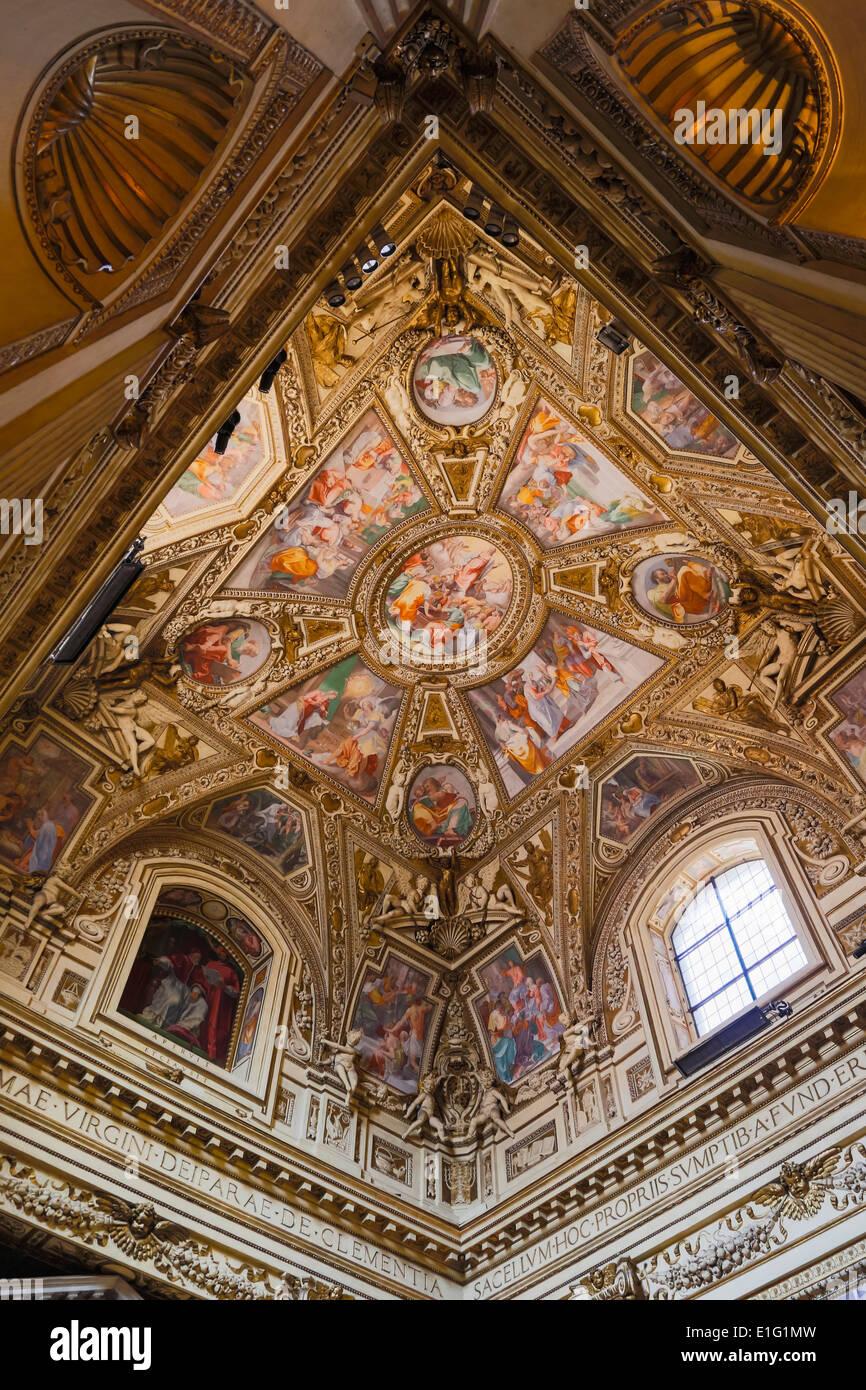 Roma, Italia. Basilica di Santa Maria in Trastevere. Il soffitto della Cappella Altemps. Immagini Stock