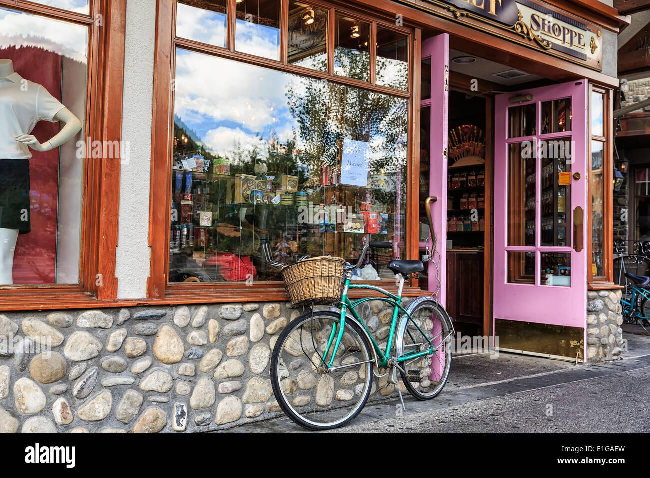 Cruiser bicicletta con cestello al di fuori di una vetrina di Banff, Alberta, Canada Foto Stock