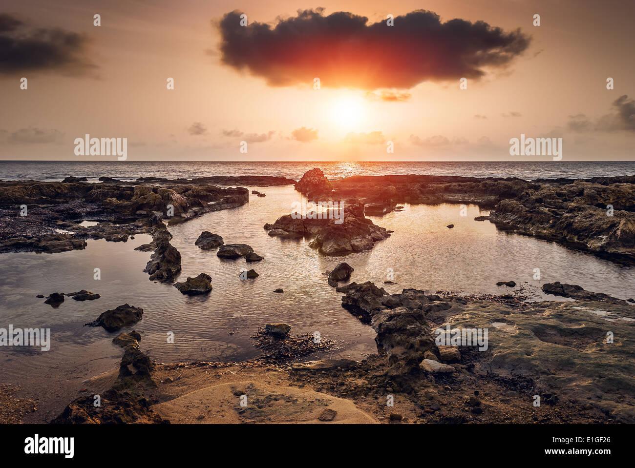 Tramonto sul mare e la costa rocciosa di Mahdia, Tunisia Immagini Stock
