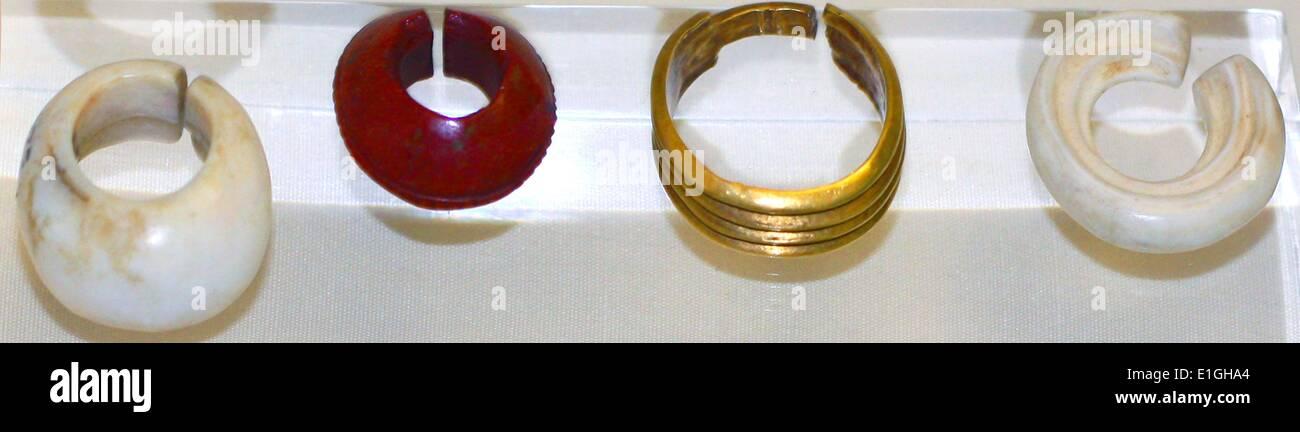 In metallo per le dita anelli della regina Nefertiti (oro), re Akhenaton (argento) Immagini Stock