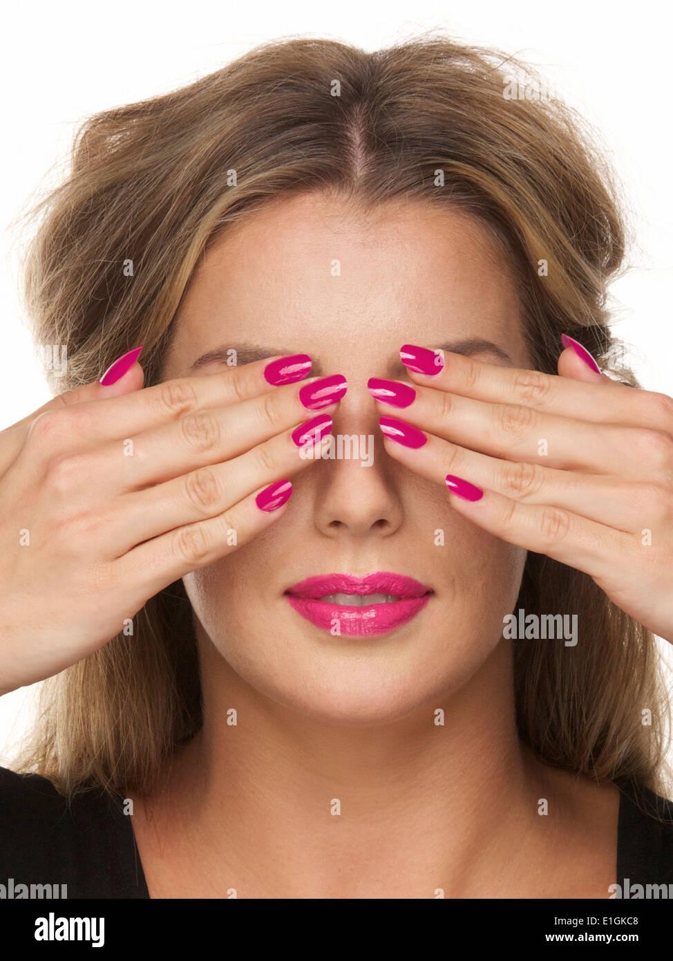 Bella Ragazza Con Rosa Rossetto E Unghie Gli Occhi Coperti Con Le