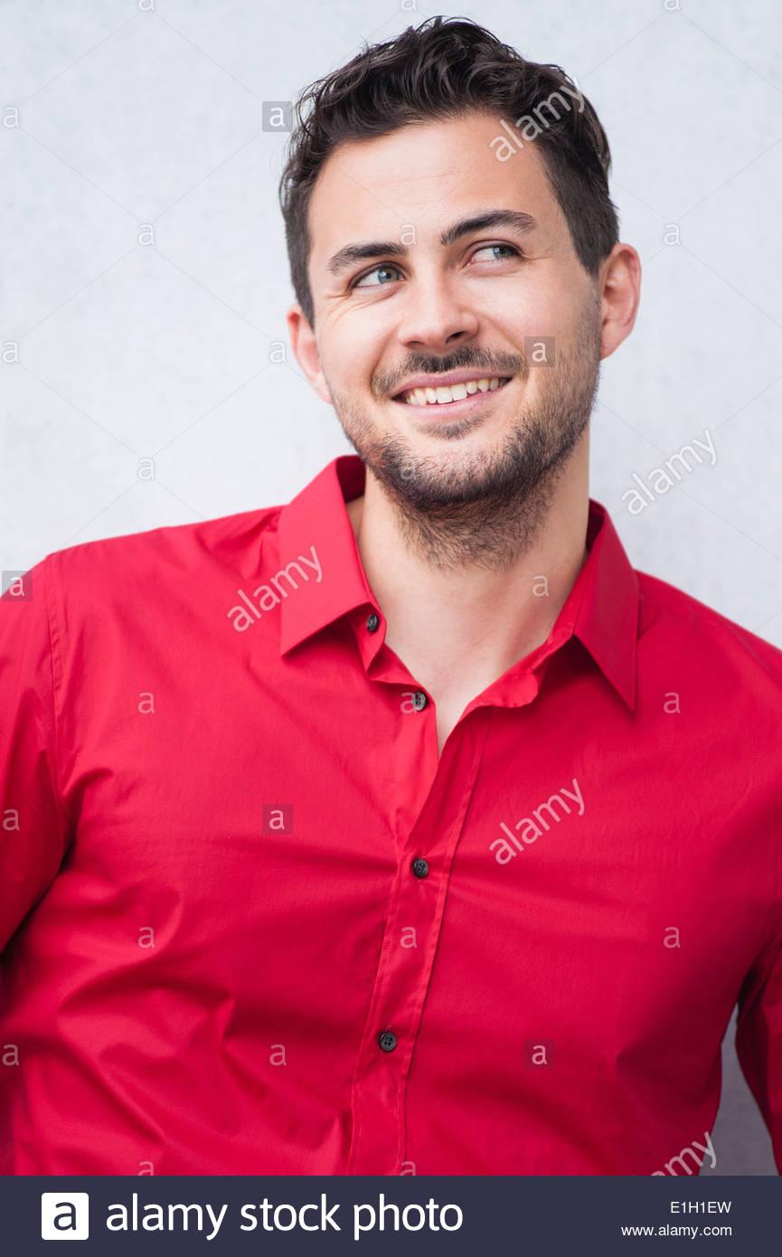 Ritratto di giovane sorridente Uomo in camicia rossa Immagini Stock