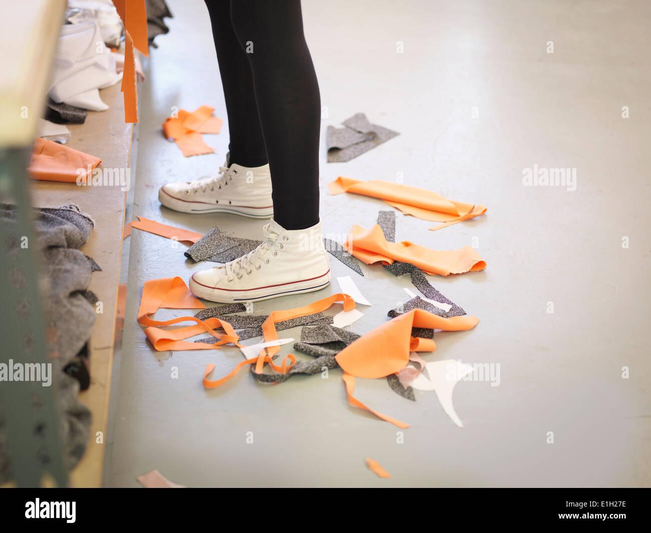Off-materiale tagliato sul pavimento in fashion design studio Immagini Stock