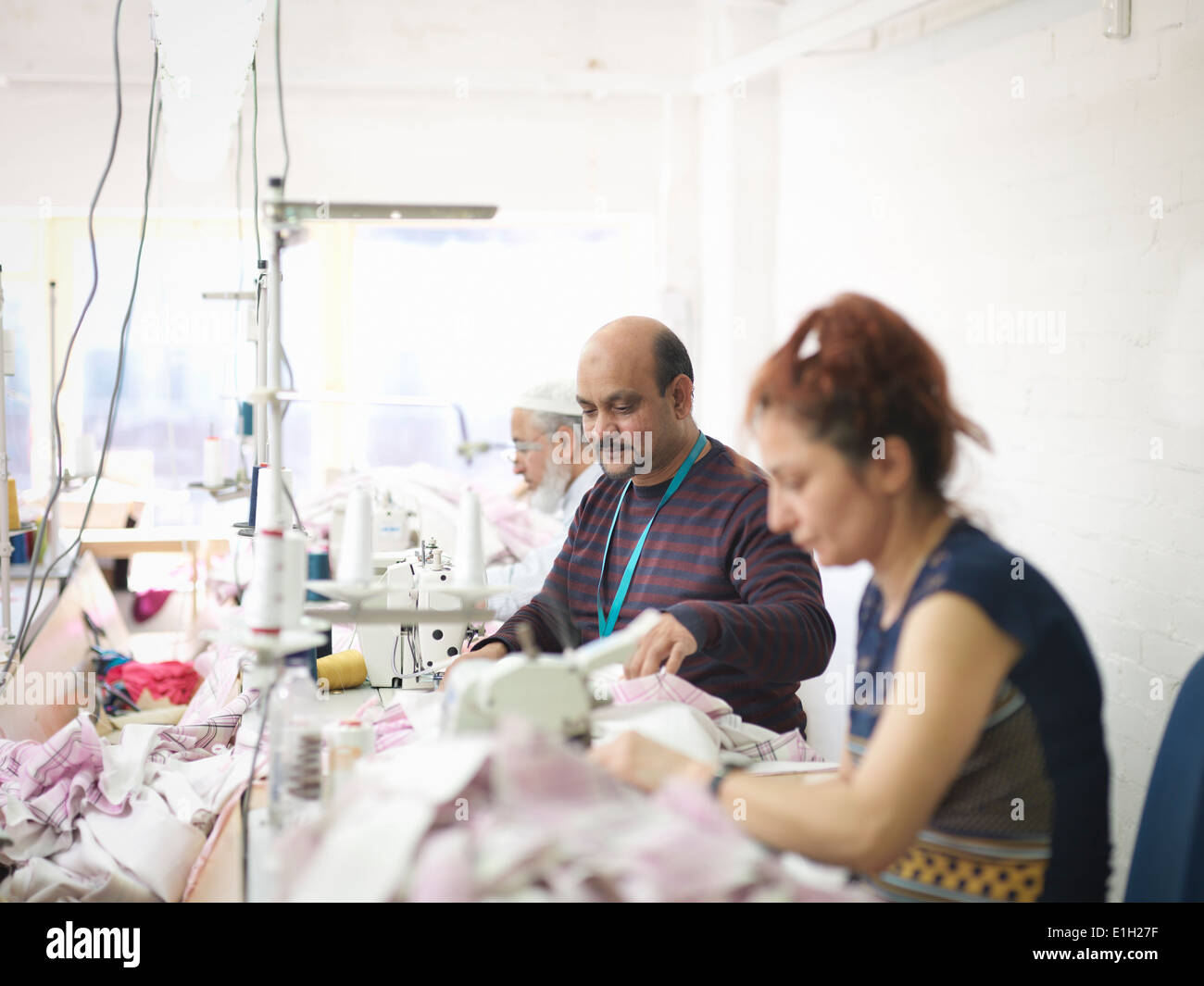 Indumento lavoratori in fabbrica di abbigliamento Immagini Stock