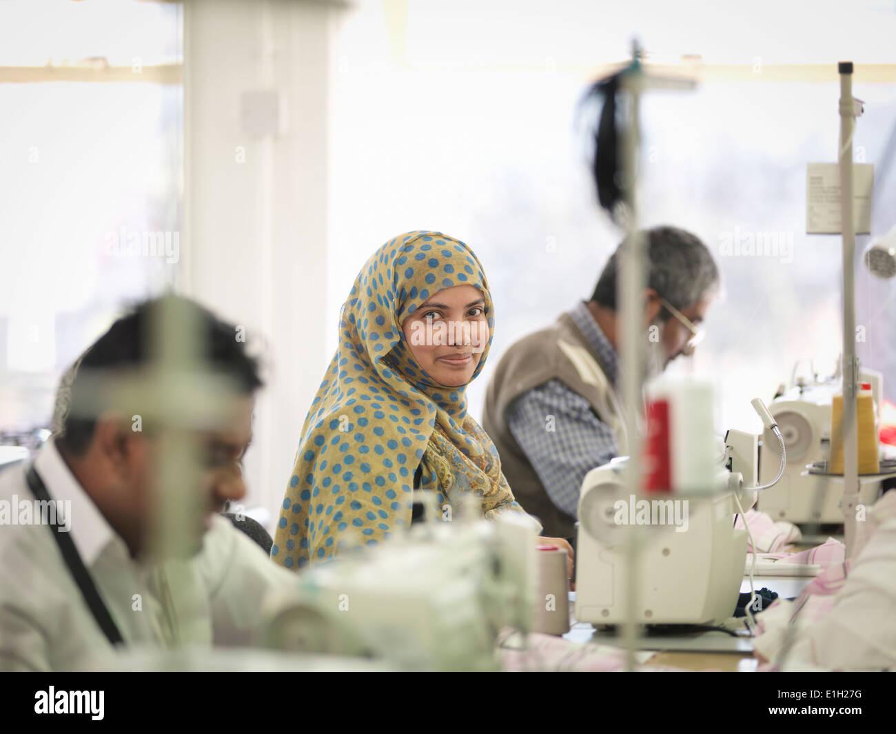 Lavoratore di sesso femminile che nella fabbrica di indumento, ritratto Immagini Stock