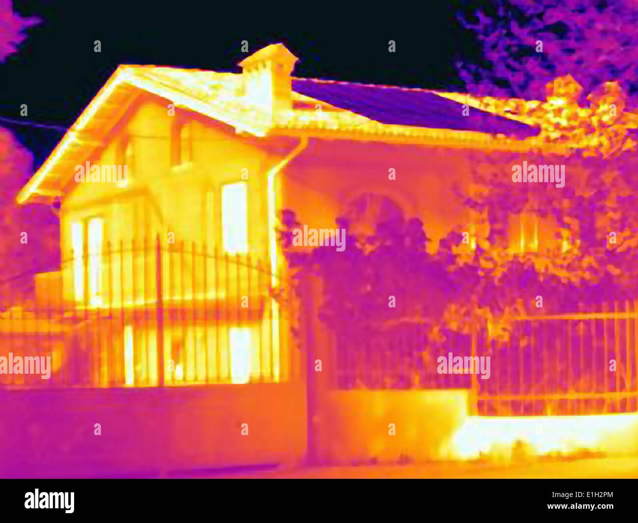 Immagine termica di una casa con celle solari sul tetto Immagini Stock