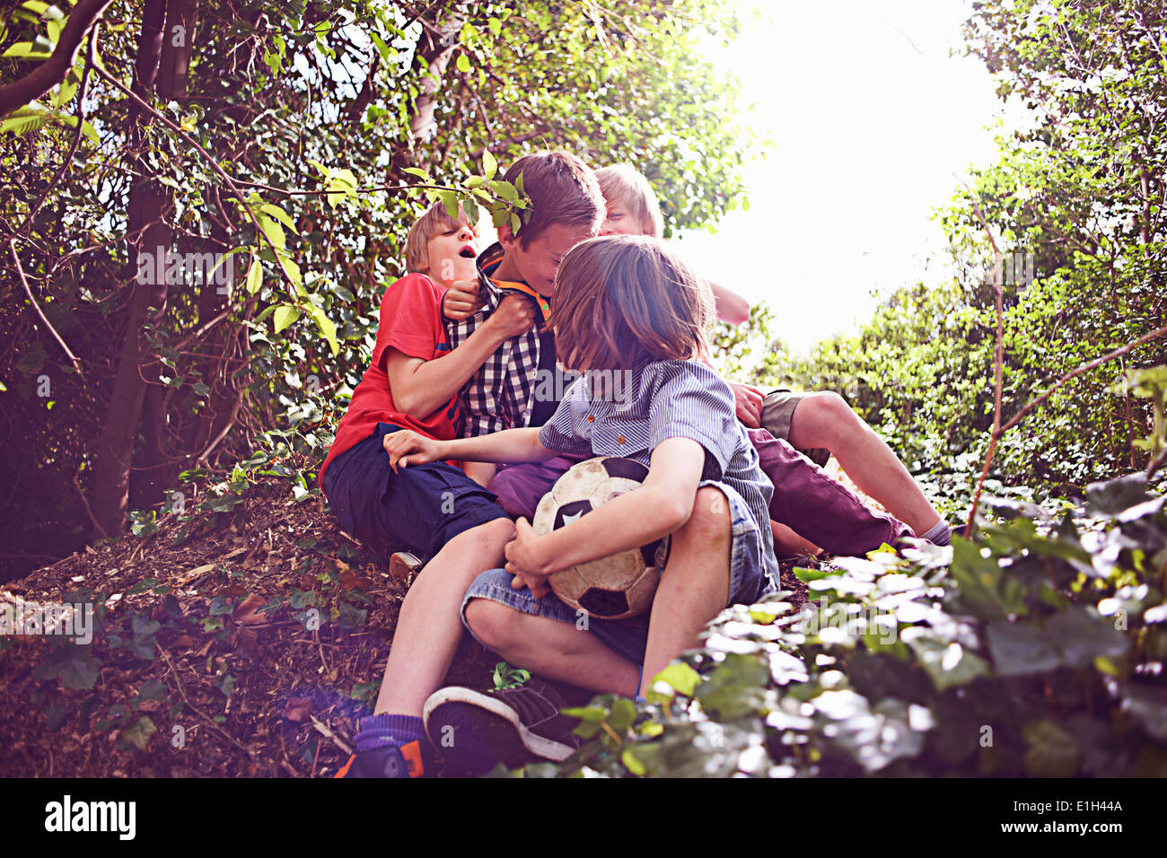 Ragazzi giocare nella foresta Immagini Stock