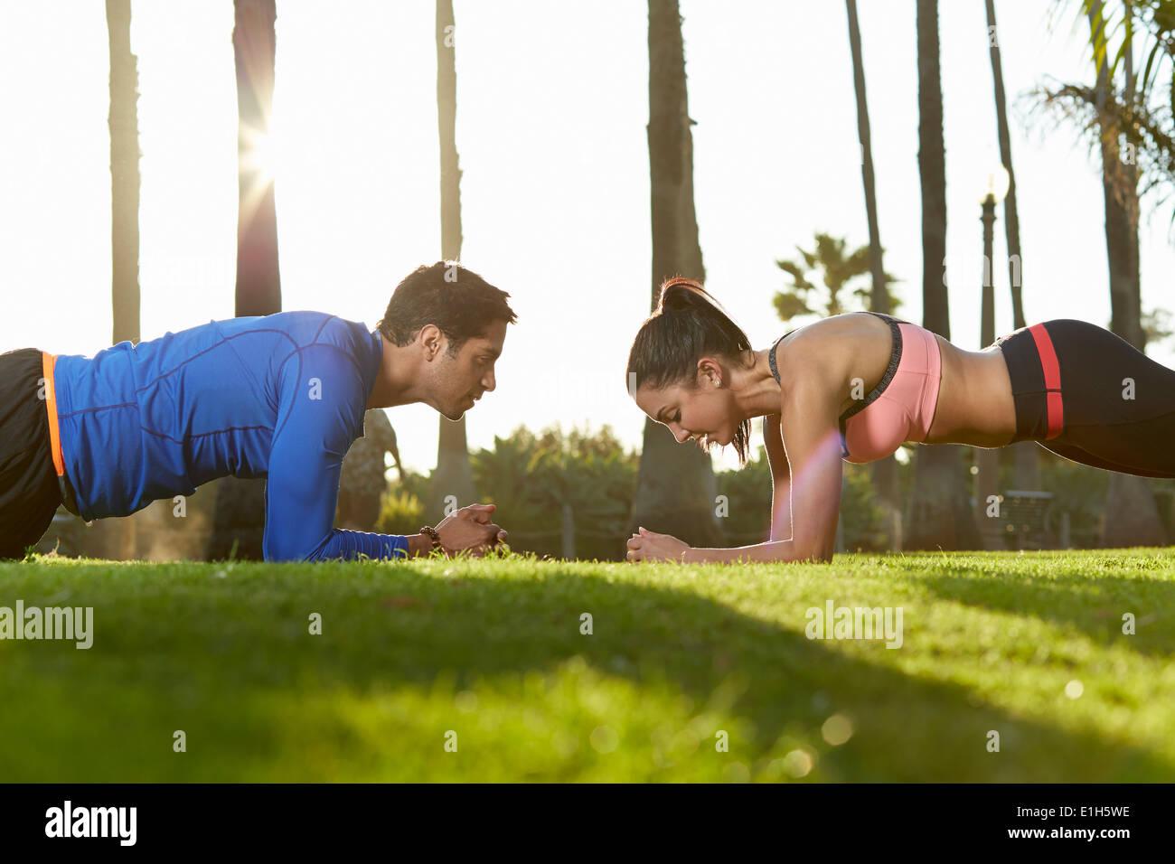 L uomo e la donna facendo esercizio tavoloni Immagini Stock