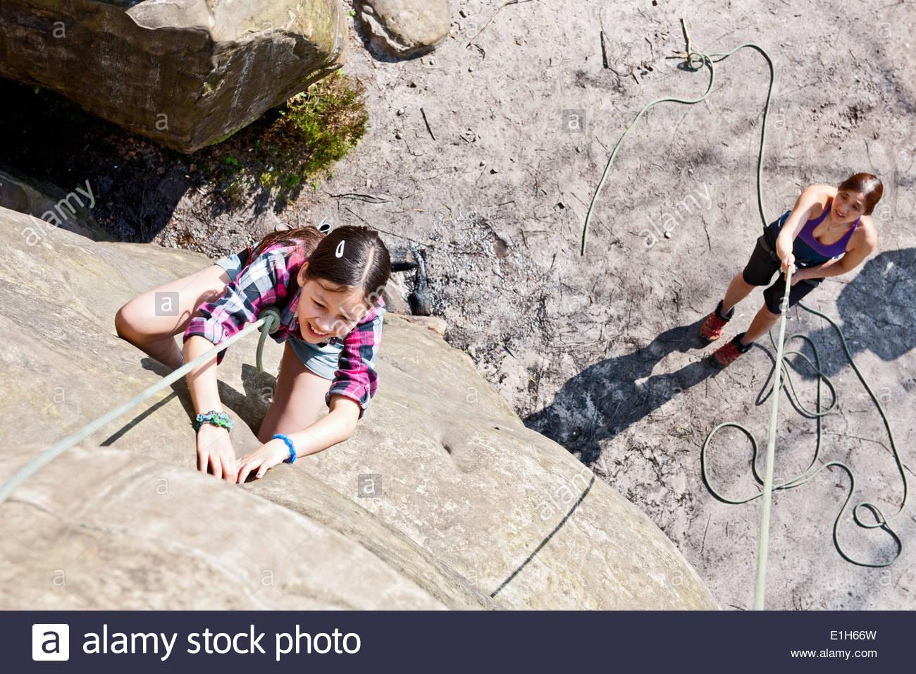 Angolo di Alta Vista della ragazza arrampicata su roccia Foto Stock
