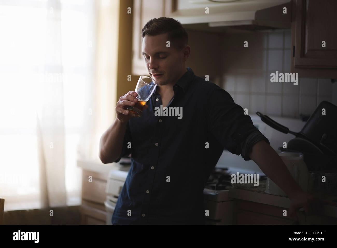 Metà uomo adulto controllando il gusto della casa birra brew Immagini Stock