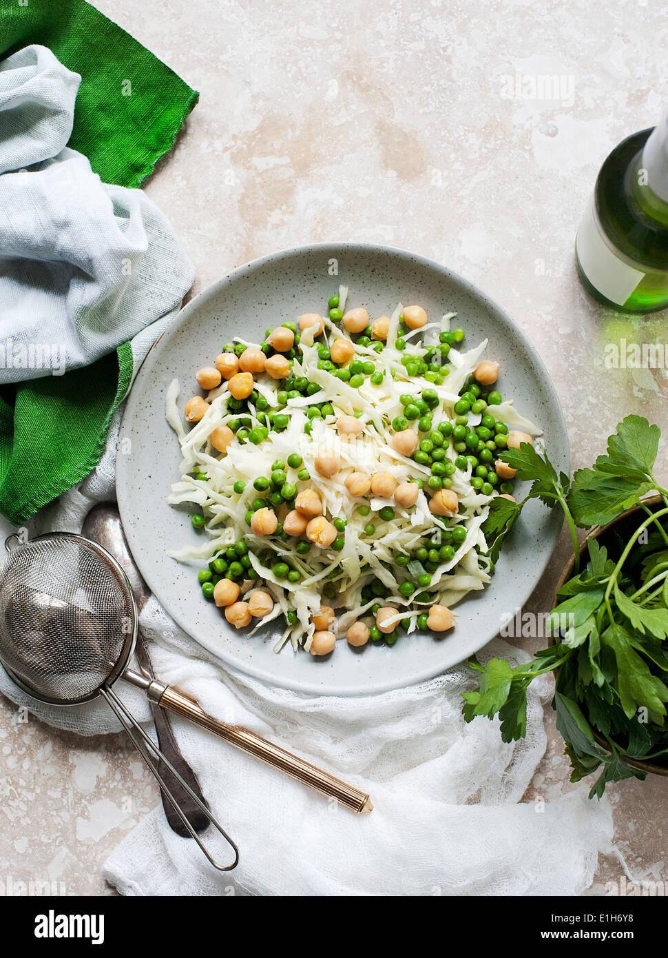 Ancora in vita del piatto di insalata di cavolo bianco e piselli Foto Stock