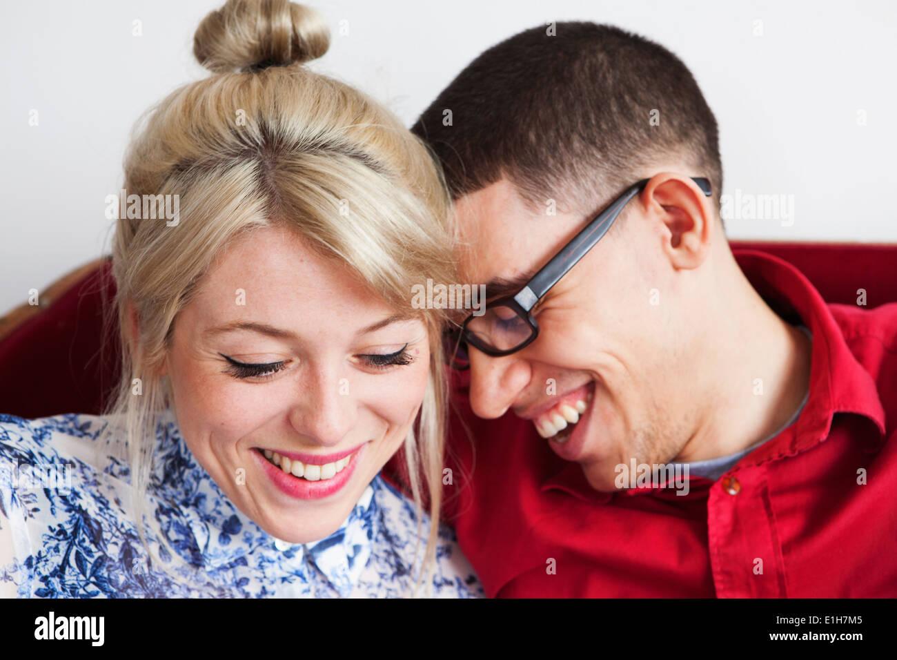 Coppia giovane, faccia a faccia sorridente Immagini Stock