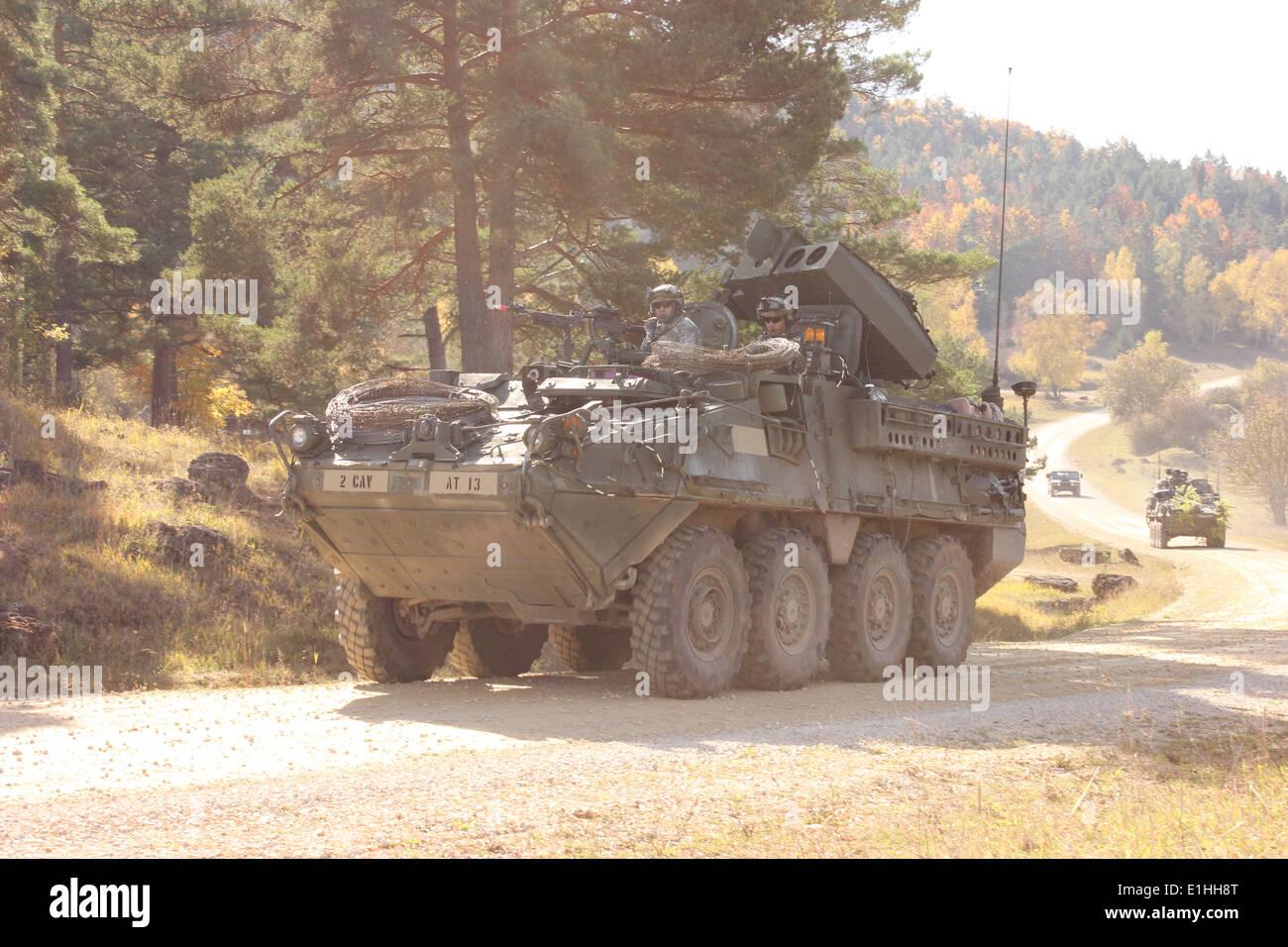 Stati Uniti Soldati con il primo squadrone, 2° reggimento di cavalleria drive in un convoglio Stryker veicoli durante una azione decisiva della formazione Immagini Stock