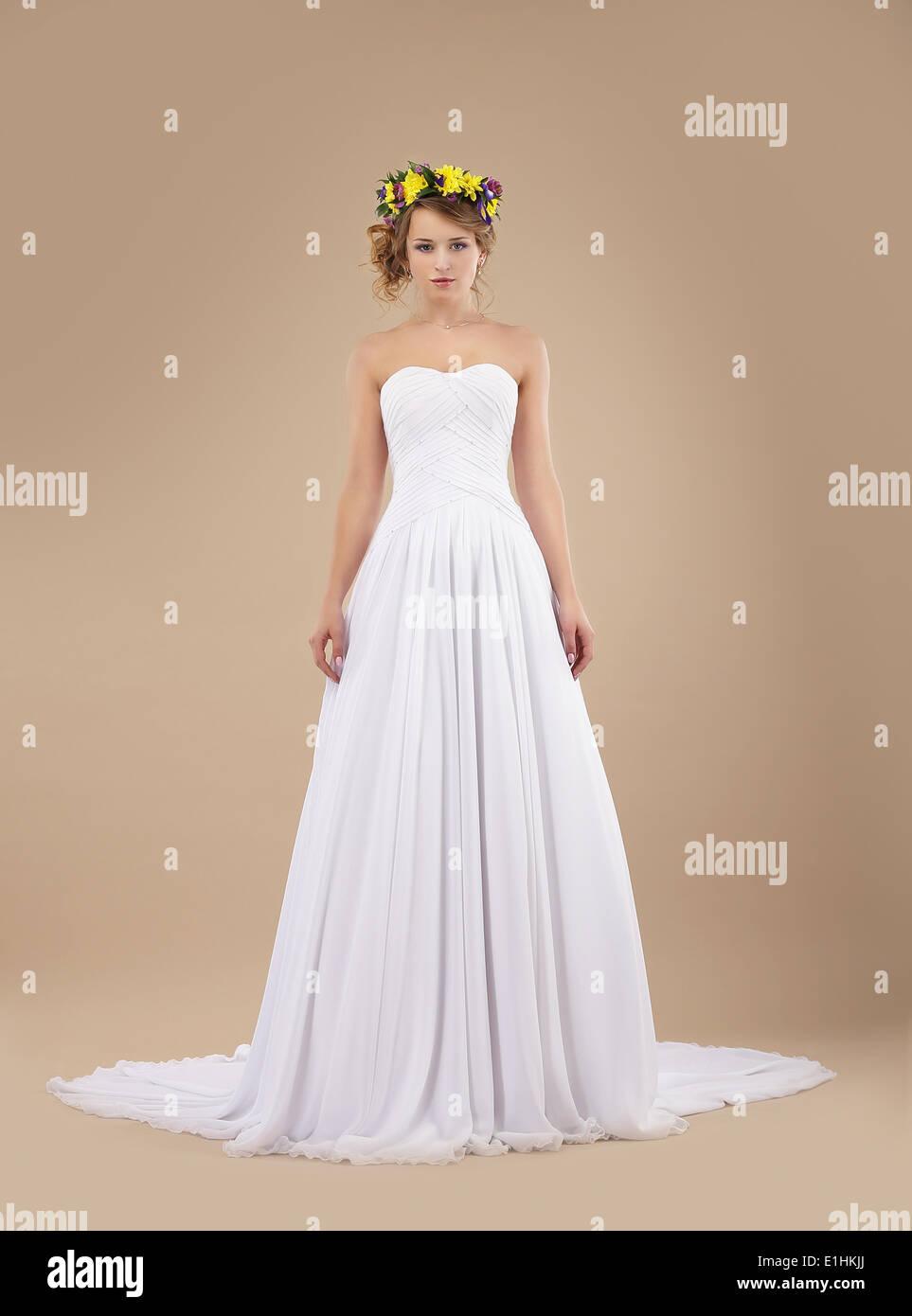Promessa di matrimonio. Moda sposa modello con ghirlanda di fiori in abito bianco Immagini Stock